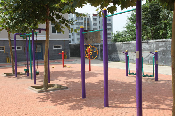 滨海城市经典小区内健身广场一隅