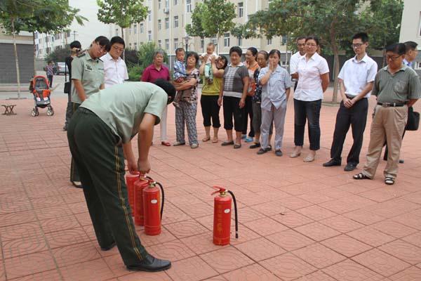 寒亭区消防队队长为城市经典小区居民讲解灭火器使用方法